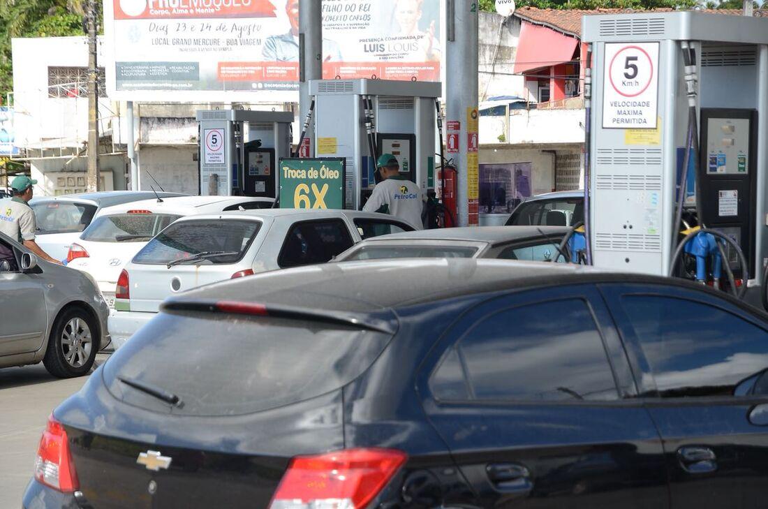 Motoristas formam longas filas em postos