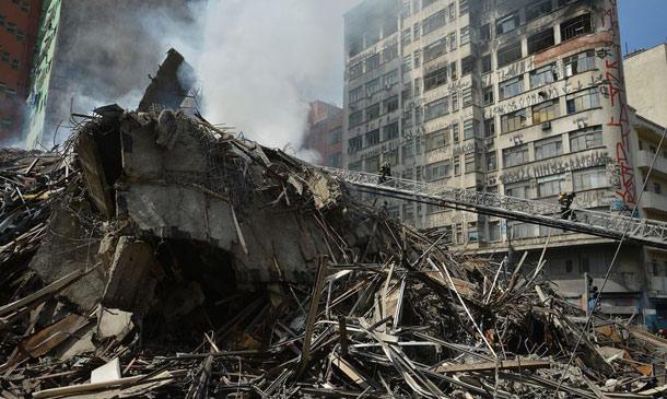 Escombros de prédio que desabou após incêndio em São Paulo
