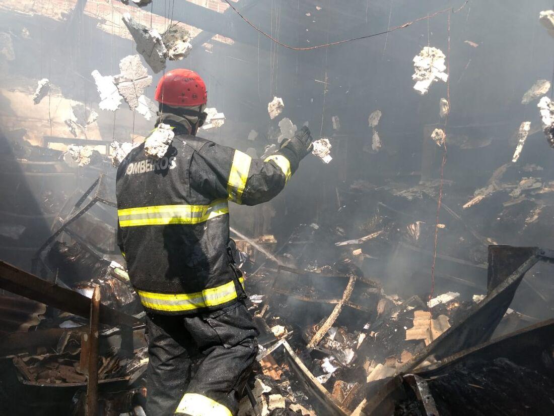 Corpo de Bombeiros controla incêndio na Prefeitura de Carpina