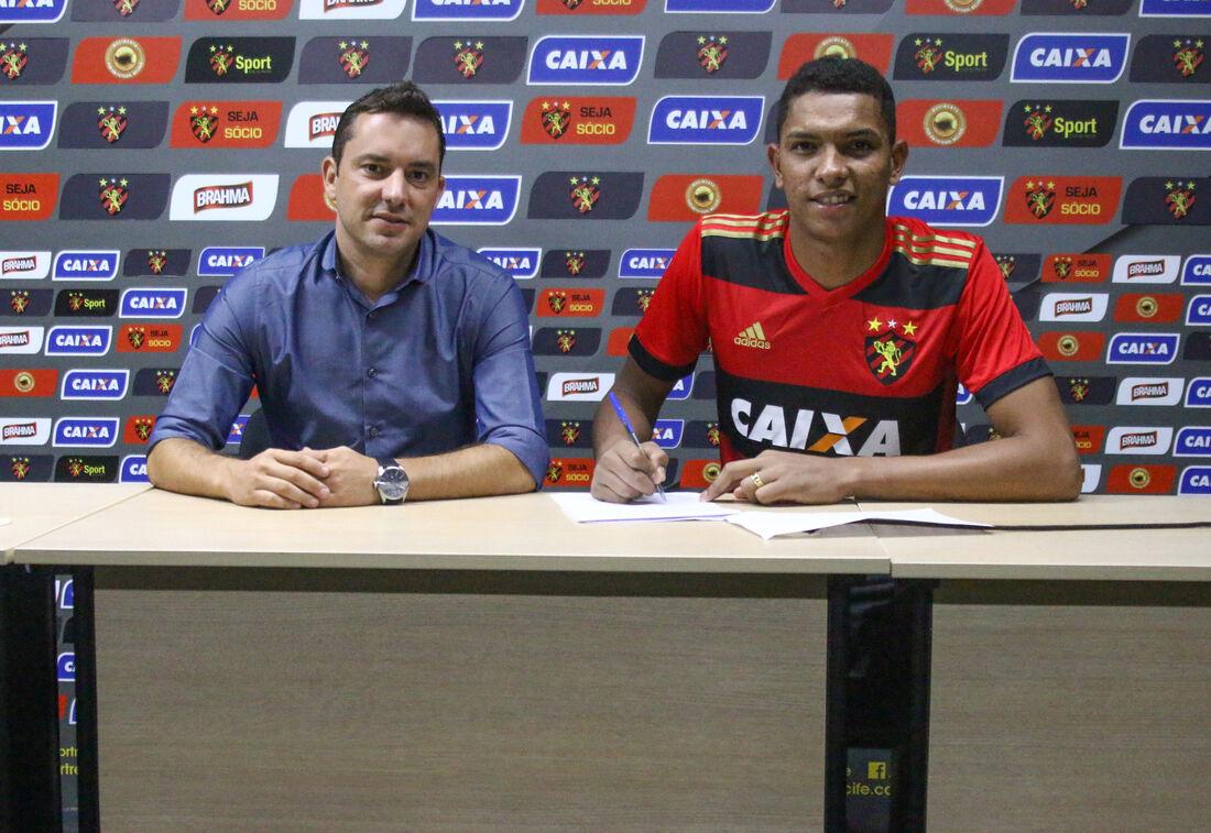 Jovem goleiro Maílson, do Sport, renovou contrato nesta quarta-feira (23) até 2021