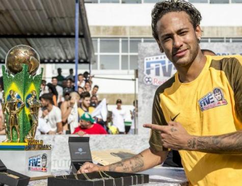 Neymar com a taça do torneio que leva seu nome