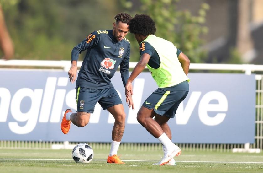 Neymar encara marcação de Willian