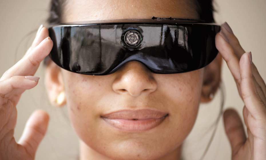 Com os óculos, quando o usuário se aproxima do obstáculo, são emitidas vibrações que o alerta sobre o perigo adiante