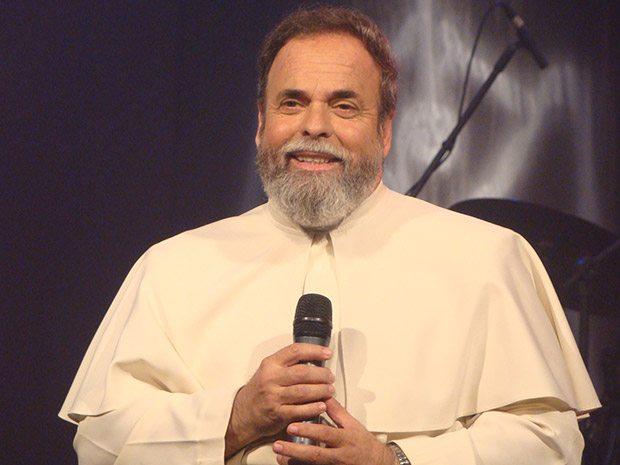 O padre Antonio Maria, querido pela comunidade católica, celebra com os fieis no domingo (27)