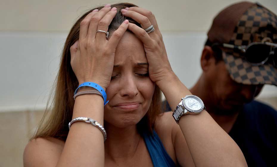 Parente de Mailen Diaz Almaguer, sobrevivente do acidente aéreo em Cuba, chora após receber boletim médico