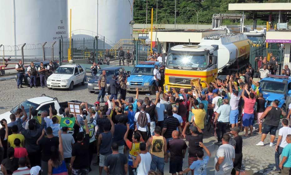 PM escolta caminhões-tanque de distribuidora para ônibus BRT no Rio