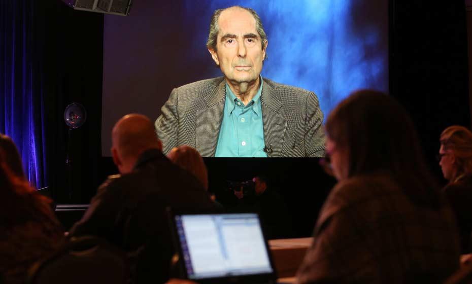 Em 2013, Philip Roth fala em conferência via satélite nos Estados Unidos