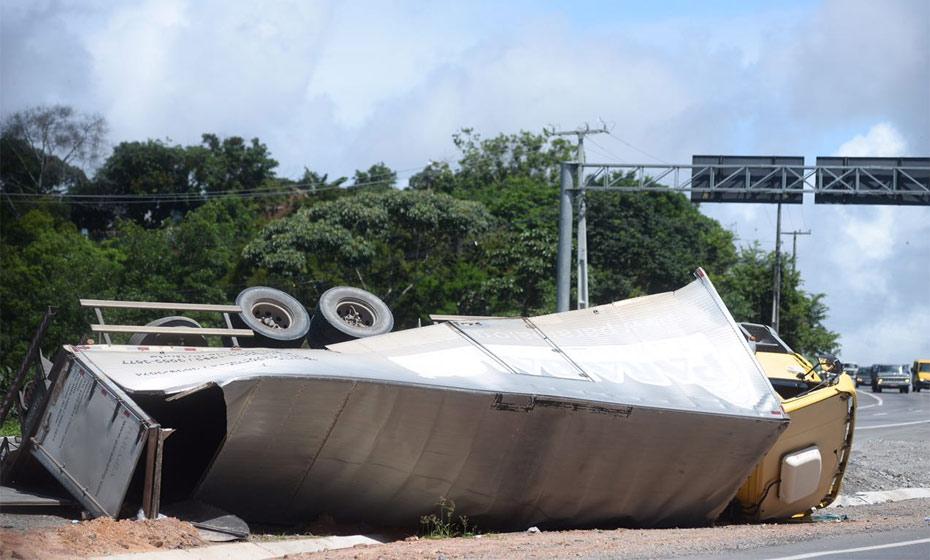 Caminhão tomba na BR-101, próximo a Paratibe