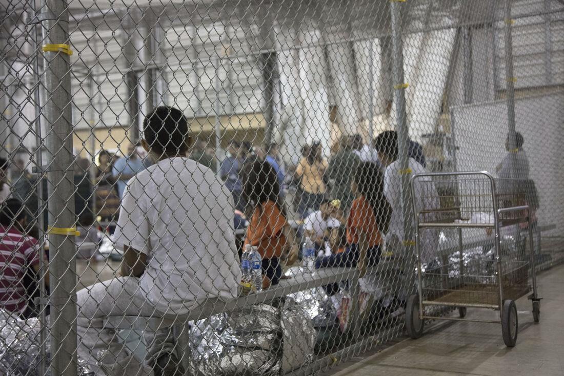 Imigrantes ilegais detidos pela patrulha da fronteira dos Estados Unidos