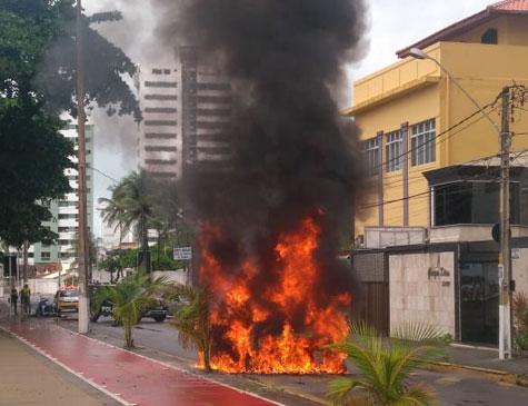 Carro incendiado em Olinda