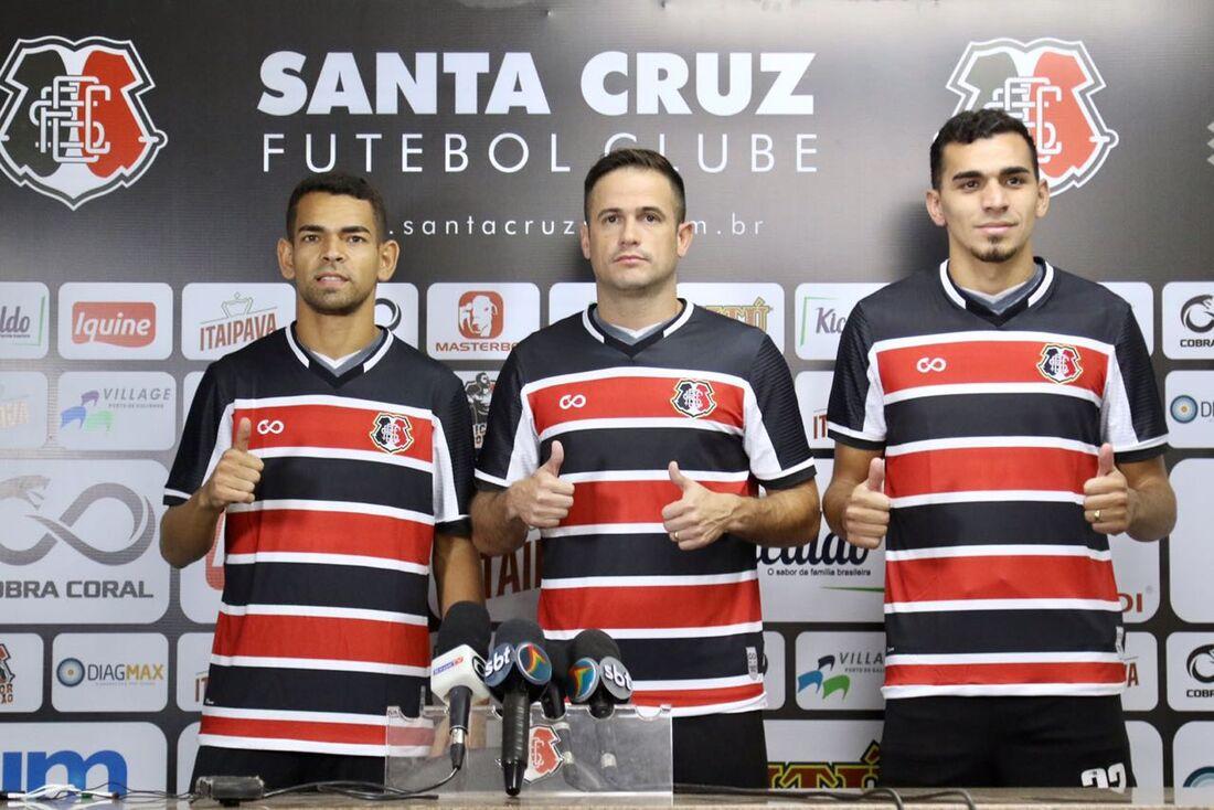 Meia-atacante Jaílson, atacante Pipico e volante Eduardo posaram com a camisa do Santa Cruz