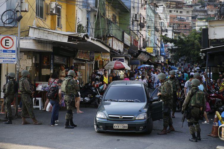 Agentes de segurança, durante operação na Rocinha, no Rio de Janeiro