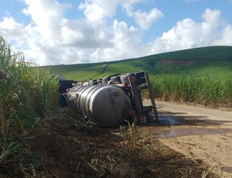 Carreta com carga de álcool tombou na PE-42, em Ipojuca, na Região Metropolitana do Recife