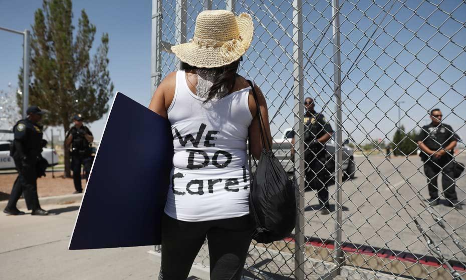 Dedee Garcia Blase usa blusa com a frase 'We do care' (nós nos importamos), em crítica ao casaco usado por Melania Trump