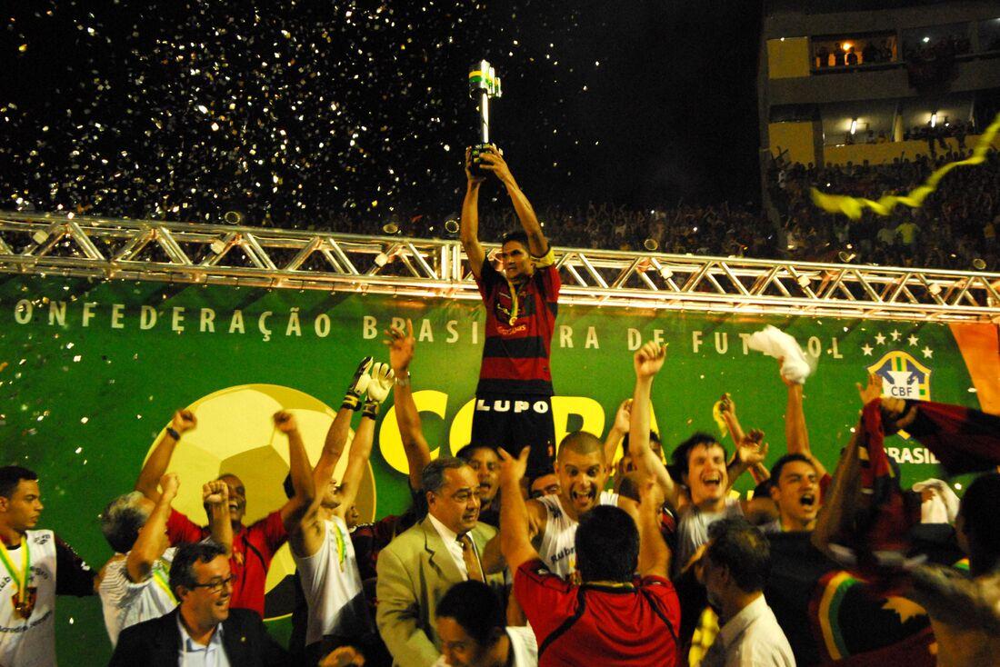 Capitão Durval levanta a taça de campeão da Copa do Brasil de 2008