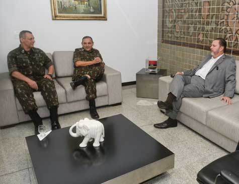 O presidente do Grupo EQM, Eduardo Monteiro, com o general Rêgo Barros (esq.) e o comandante do CMNE, Artur Costa Moura