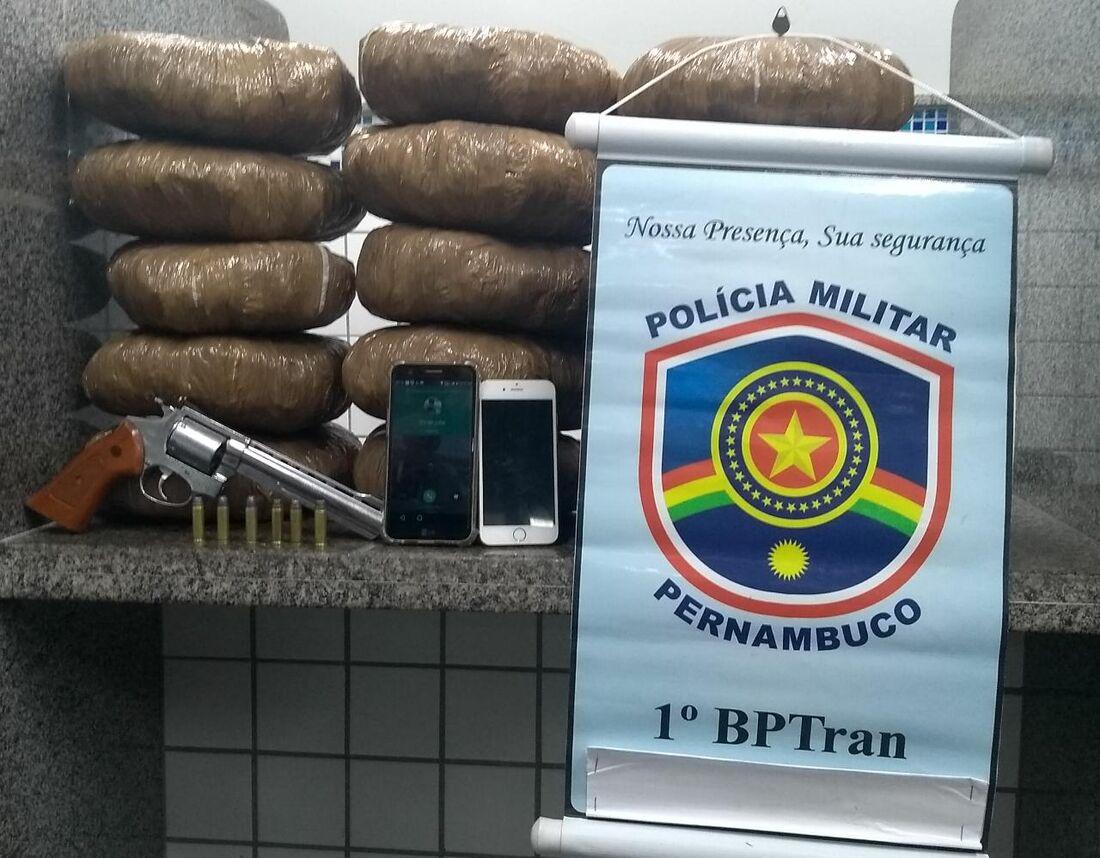 Maconha e arma foram apreendidas pelos policiais