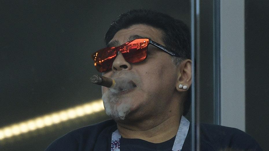 Maradona fumando charuto durante jogo da Argentina na Copa do mundo em 2018