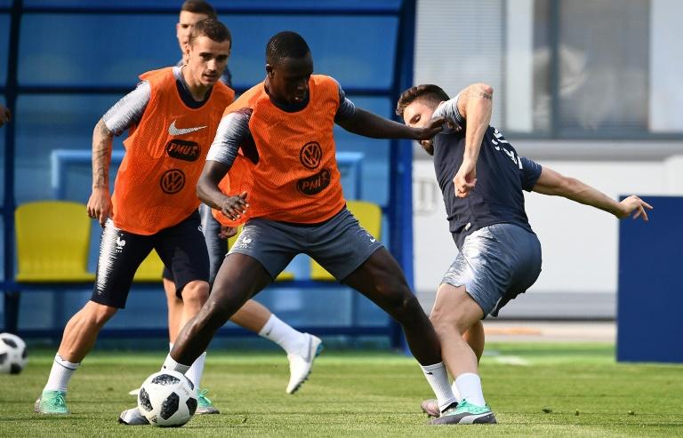 Mendy disputa bola com Giroud durante treino da França