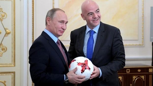 Vladimir Putin e Gianni Infantino com a bola da Copa das Confederações