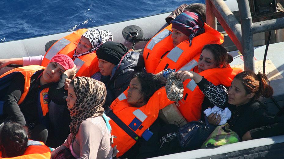 Soldados resgatam imigrantes no Mediterrâneo que saíram da Líbia
