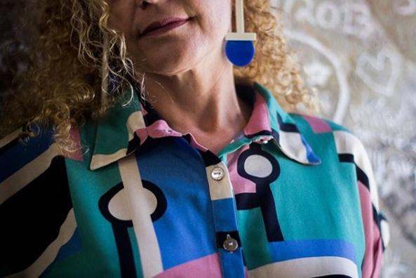 Blusa da Duas e brinco Trocando em Miúdos da coleção Tarsila -  A Pintora do Meu País'