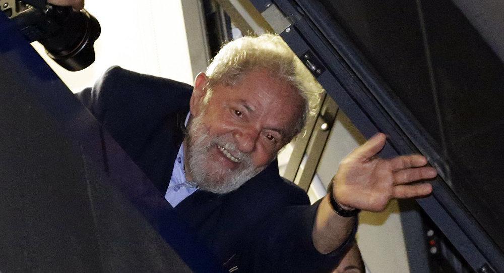 """O livro """"Lula Livre"""" será lançado até o fim de julho para reforçar que a prisãé uma exclusão do processo eleitoral de 2018"""