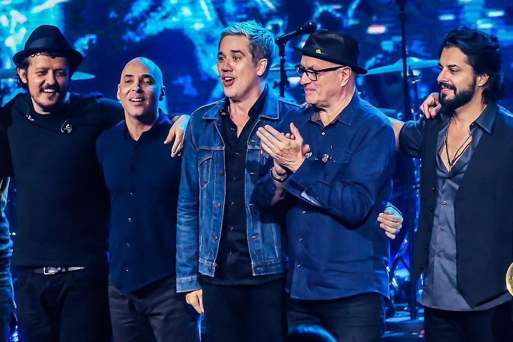 No palco: Rogério Flausino (voz), Marco Túlio Lara (Guitarra), PJ (baixo), Paulinho Fonseca (bateria) e Márcio Buzelin (teclados)