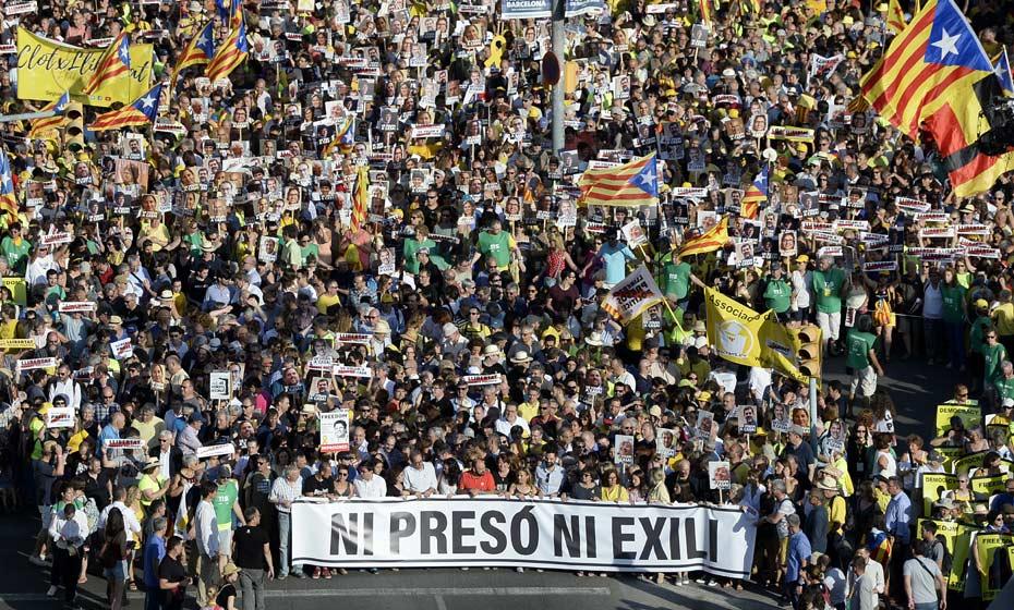 'Nem preso nem exilado', diz cartaz em protesto de Barcelona