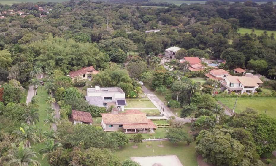 Imagens aéreas mostram o condomínio onde estava o corpo do médico: arborizado e com privacidade protegida