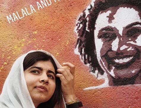Malala ao lado de stencil de Marielle Franco
