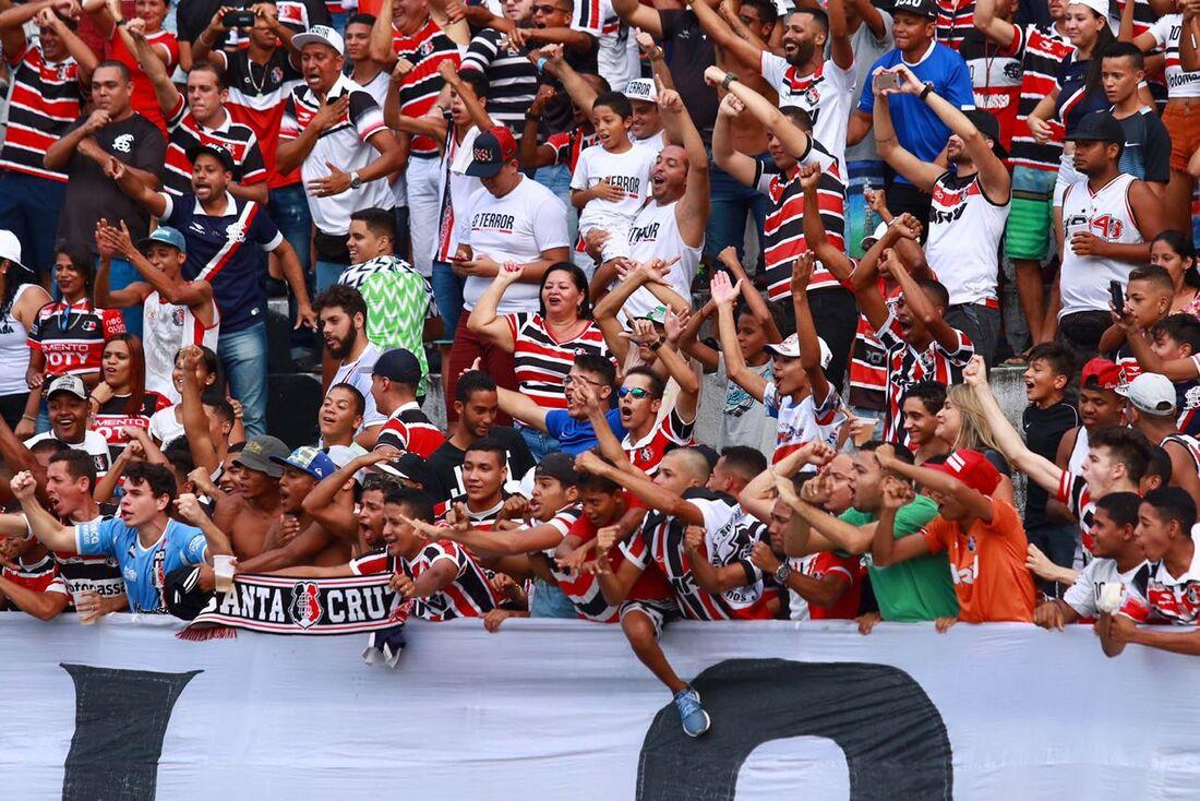 Torcida do Santa Cruz no estádio do Arruda