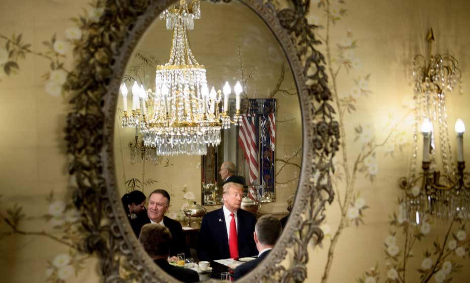 Donald Trump e o secretário de estado Mike Pompeo durante café da manhã com o secretário geral da Otan em Bruxelas