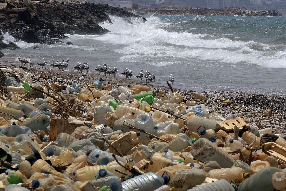 Praia poluída por garrafas plásticas no Líbano