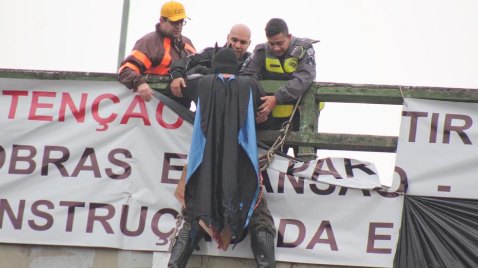 Homem faz protesto contra corrupção fantasiado de Batman