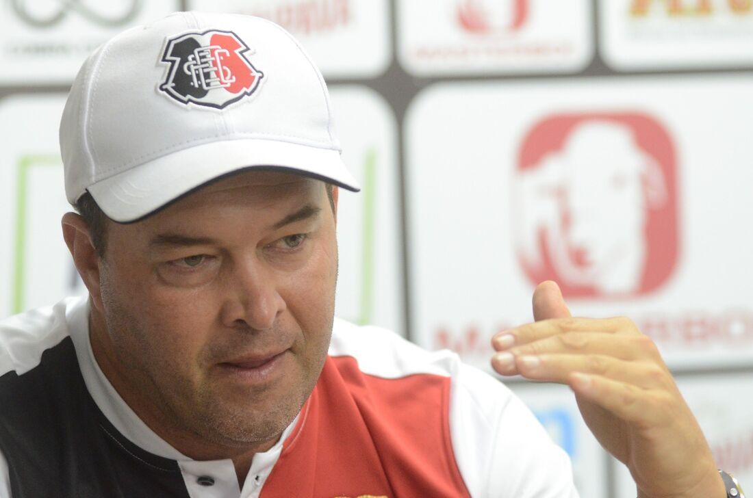 Técnico Roberto Fernandes na coletiva de imprensa do Santa Cruz