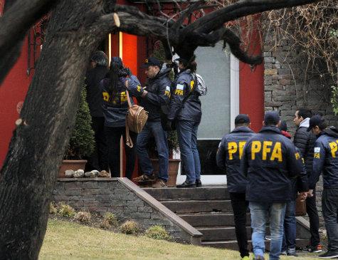 Policiais investigam casa da ex-presidente argentina Cristina Kirchner