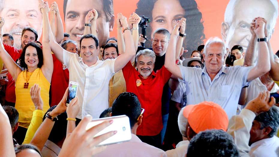 Humberto e Jarbas dão as mãos na inauguração do comitê de Paulo Câmara