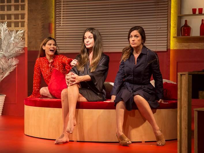 As personagens de Leticia Birkheuer, Karen Junqueira e Germana Guilhermme expõem suas fragilidades ao mesmo tempo em que buscam superar as frustrações e derrotas pessoais