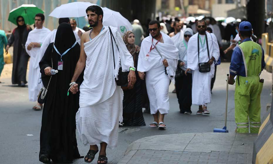 Peregrinos muçulmanos andam em uma rua da cidade sagrada de Meca, na Arábia Saudita, no primeiro dia do rach