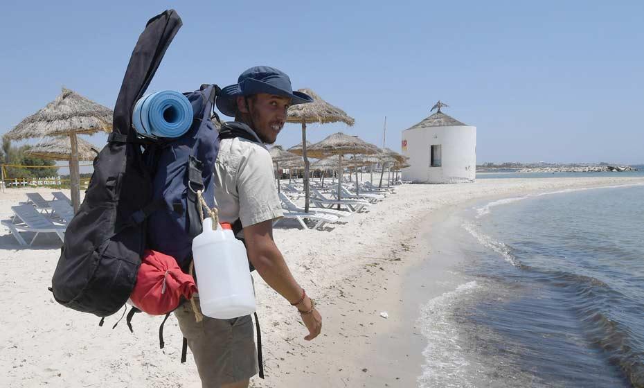 Mohamed Ossama Houij vai recolher lixo ao longo de 300 km de praias na Tunísia