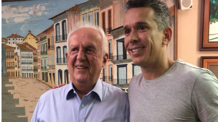 Jarbas recebe os parabéns do deputado Felipe Carreras