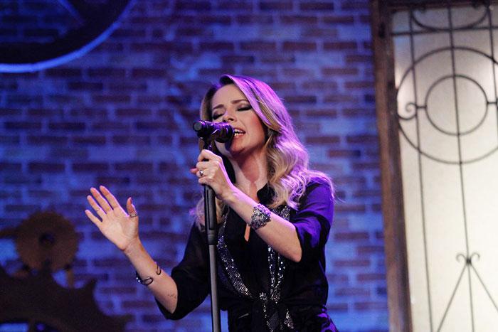 A cantora apresenta as composições do novo disco
