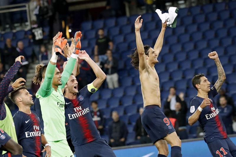 Jogadores comemoram com torcida vitória do PSG