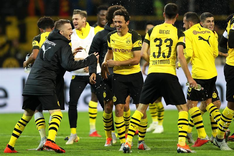 Jogadores do Dortmund comemoram vitória