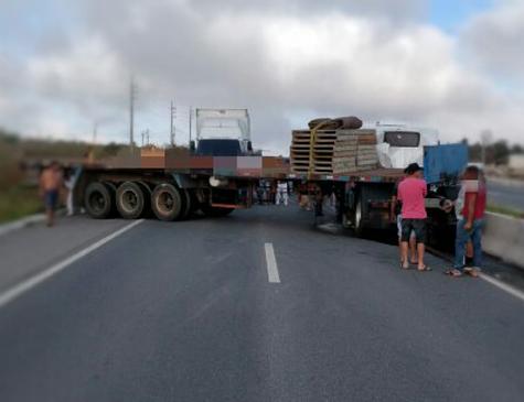 Acidente com carreta na BR-232, em Caruaru