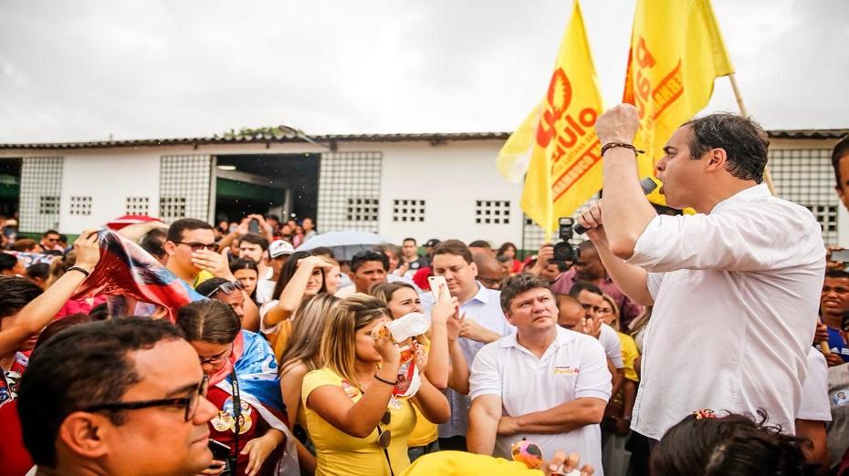 Paulo Câmara esteve no município de Moreno e subiu na Tribuna 40