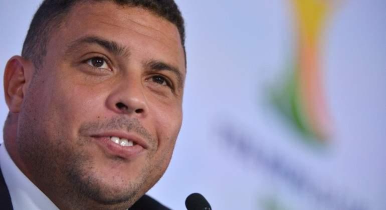 Ronaldo posa ao lado de dirigentes do Valladolid