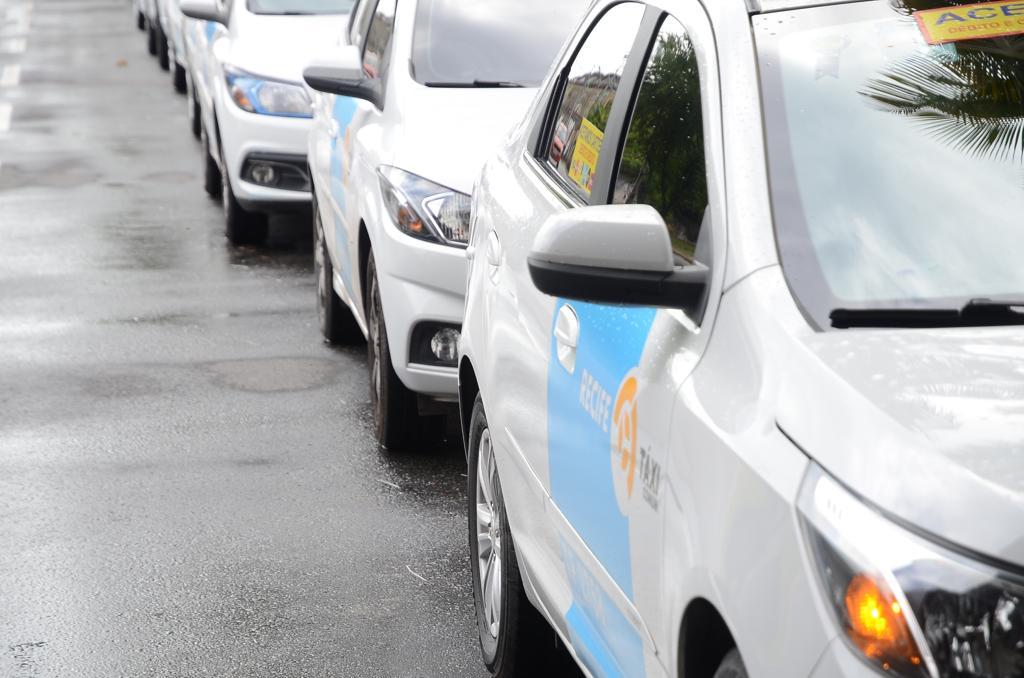 Taxistas protestam em carreata com destino à Câmara dos Vereadores
