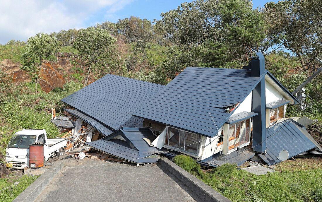 Casa destruída após deslizamento provocado por terremoto na ilha de Hokkaido